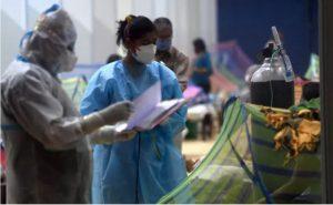 बेलगाम कोरोना:  तड़पते मरीज, उखड़ती सांसें, बिलखते परिजन और वेंटिलेटर पर हेल्थ सिस्टम